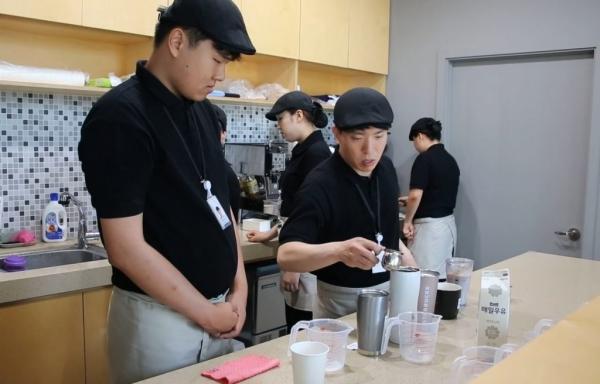 SK이노베이션의 자회사형 장애인 표준사업장 '행복키움'이 운영하는 '카페 행복'에서 장애인 근로자들이 바리스타 교육을 받고 있다. (사진=SK이노베이션)