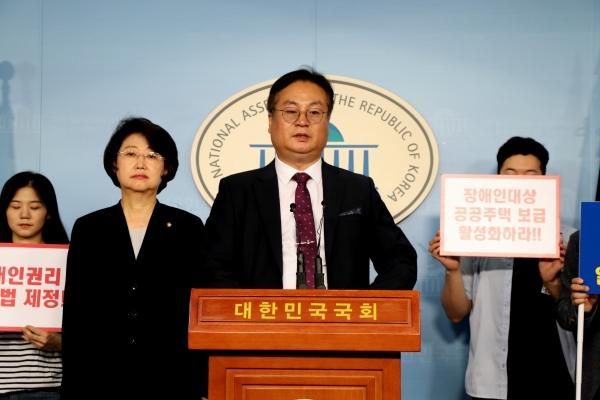기자회견문을 홍순봉 상임대표가 발표하는 사진