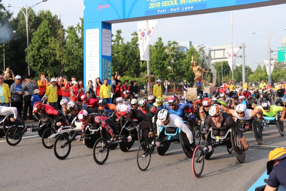 제27회 서울국제휠체어마라톤대회 풀 코스 마라톤 선수들이 출발하고 있다.