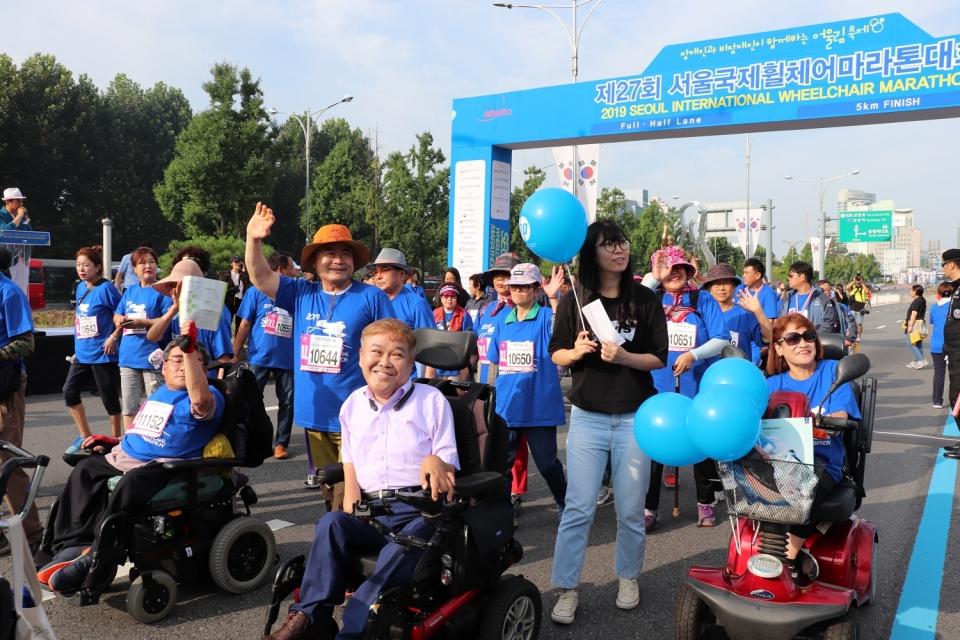 제27회 서울국제휠체어마라톤대회 5km 어울림 부문 참가자들의 모습.