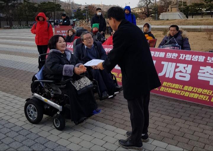 한국장애인자립생활센터총연맹이 만 65세 이상 활동지원 중단 문제와 관련해 대통령의 대국민 약속을 촉구하는 기자회견을 가졌다. ⓒ소셜포커스