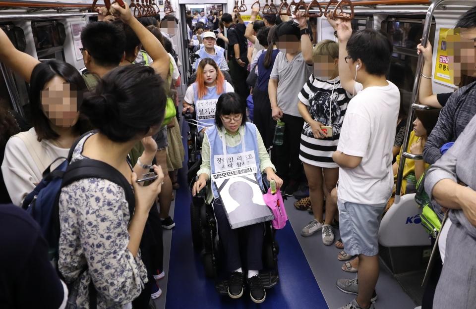 신길역 리프트 추락사고에 분개한 장애인들이 지하철 내부에서 행진 시위를 펼치고 있다.