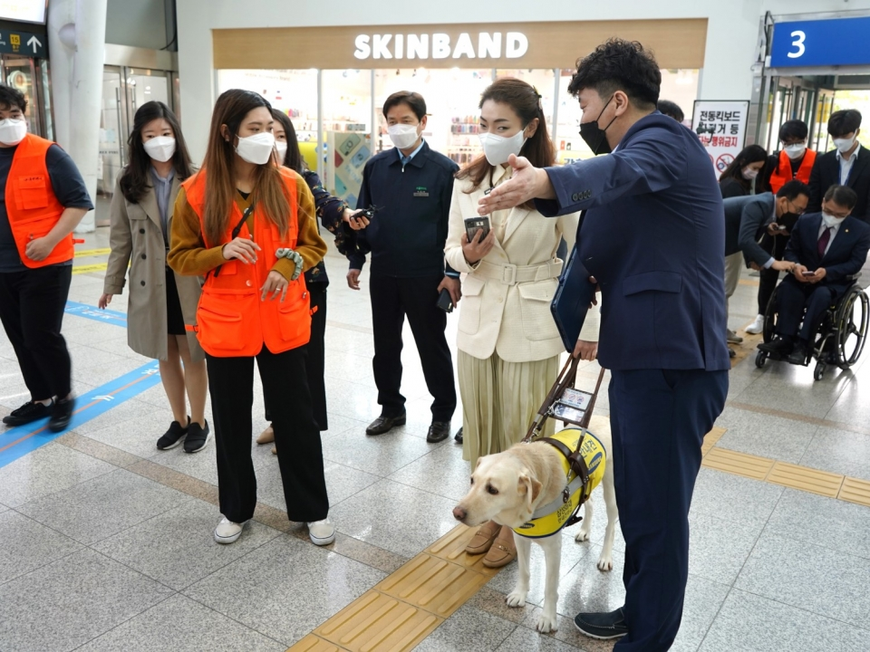 김예지 국회의원이 실내 내비게이션 사용 설명을 듣는 모습@소셜포커스
