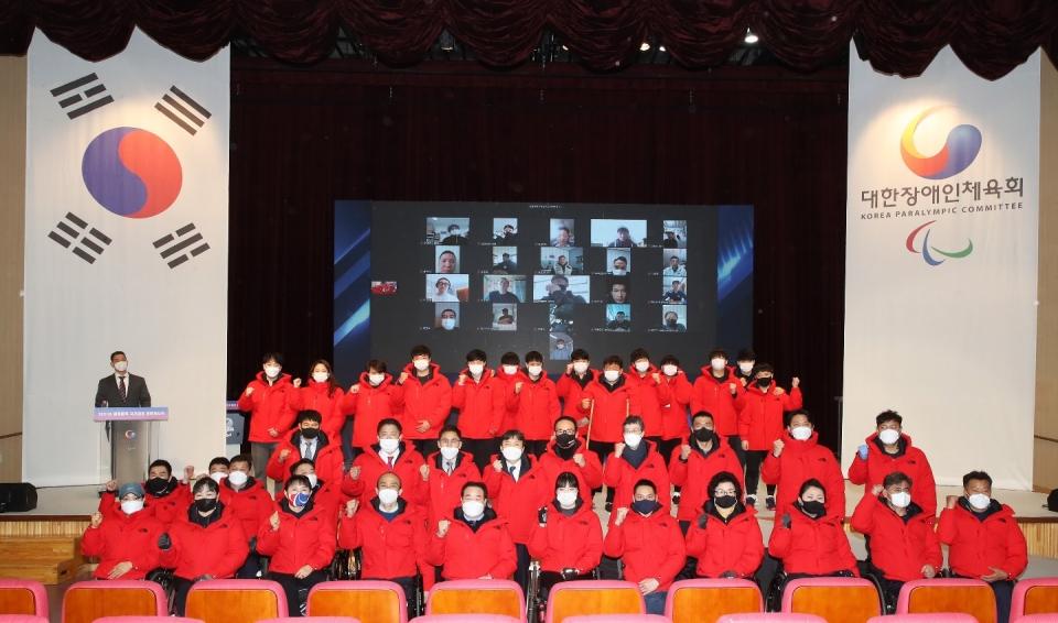 2021년도 국가대표 훈련개시식 참가자들이 단체 기념사진을 찍고 있다. (사진=대한장애인체육회)